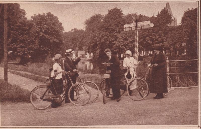 1924 fietsers bij anwbpaal van leerbrug coll. T. Hansma