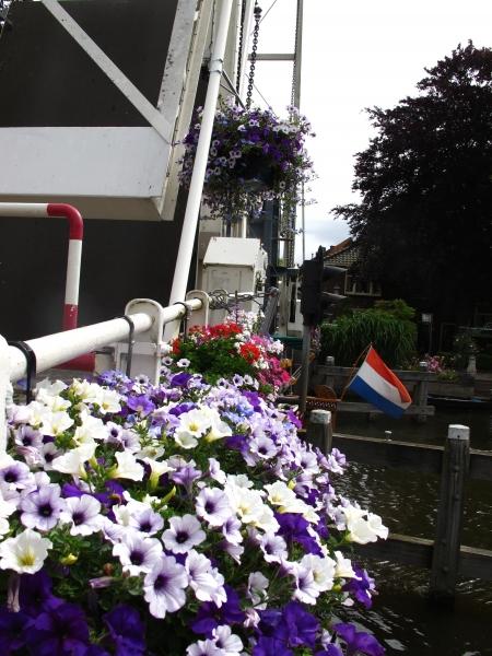 bloemen aan de brug